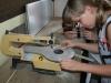 Šestošolci izdelujejo stiskalnico  iz lesa